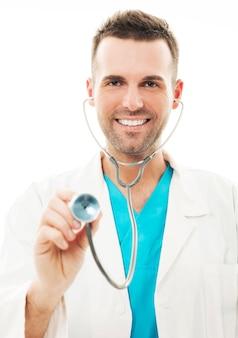Doctor alegre con estetoscopio