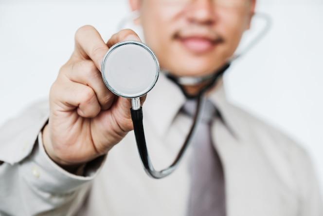 Doctor asiático con estetoscopio