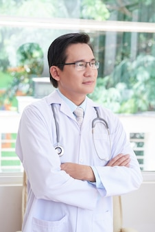 Doctor asiático en la oficina