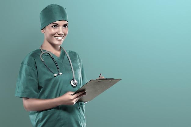 Doctor asiático que lleva a cabo chequeo médico resultado