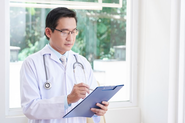 Doctor asiático en el trabajo