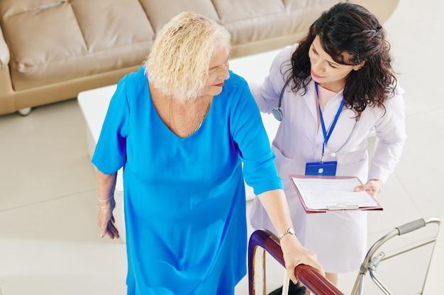 Doctor ayudando a paciente mayor