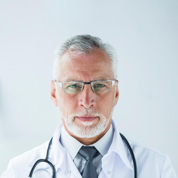 Doctor barbudo en gafas