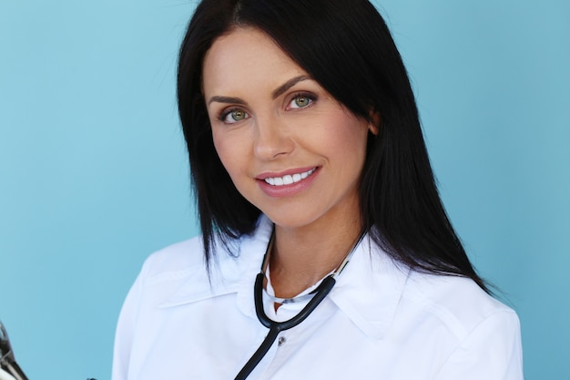 Doctor con bata blanca y estetoscopio