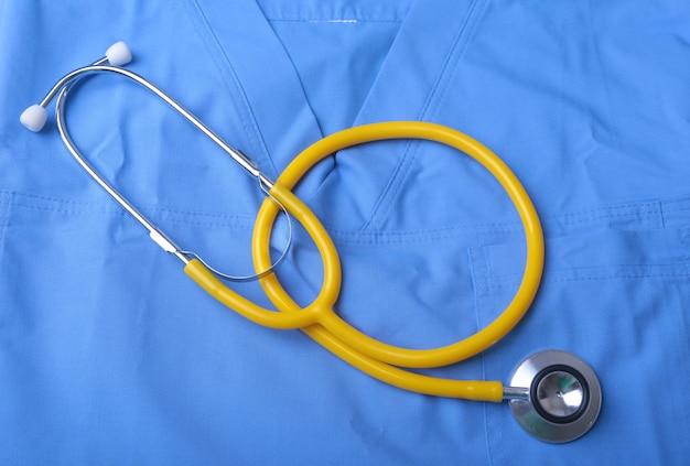 Doctor bata con estetoscopio médico sobre el escritorio