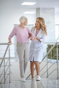 Doctor en una bata de laboratorio apoyando a su paciente