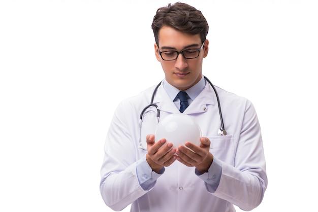Doctor con bola de cristal aislado en blanco