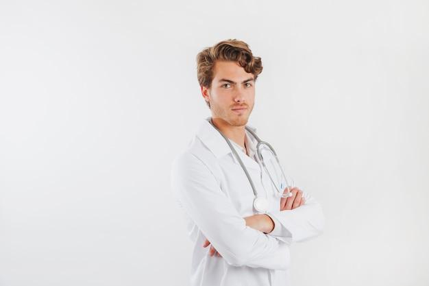 Doctor con los brazos cruzados