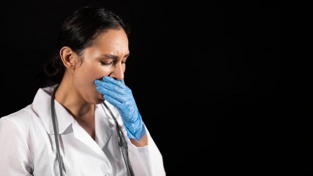 Doctor cansado de tiro medio con guantes
