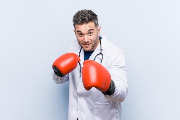 Doctor caucásico hombre con guantes de boxeo