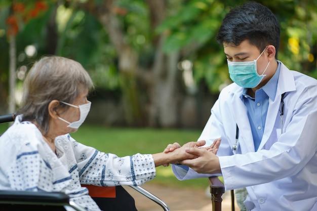 Doctor check heart rate pulse en la muñeca del paciente