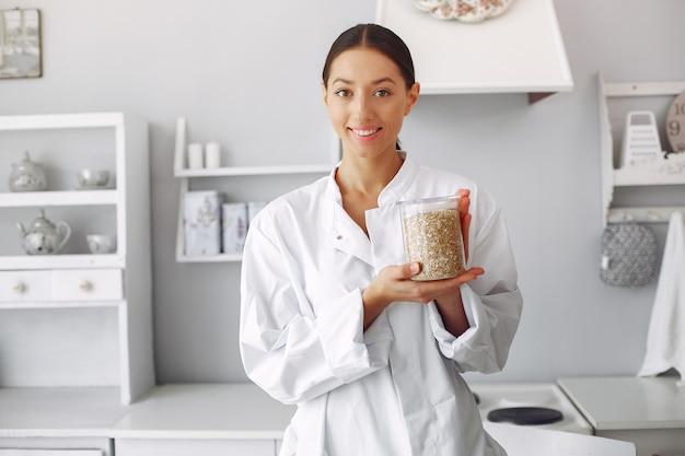 Doctor en una cocina con verduras