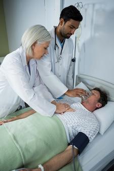 Doctor colocando una máscara de oxígeno en la cara de un paciente