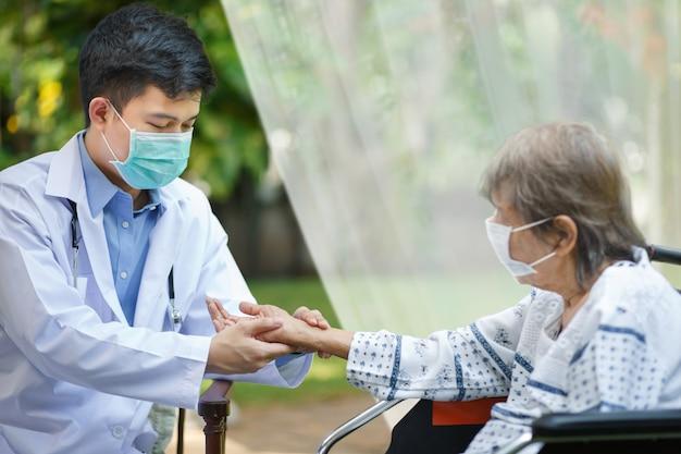Doctor comprobar pulso de frecuencia cardíaca en la muñeca del paciente