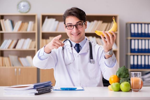 Doctor en concepto de dieta con frutas y verduras