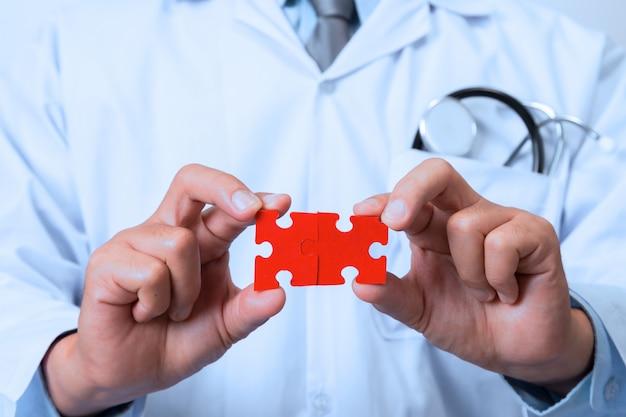 Doctor conectando piezas de rompecabezas de una cabeza.