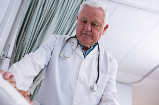 Doctor consolador paciente senior
