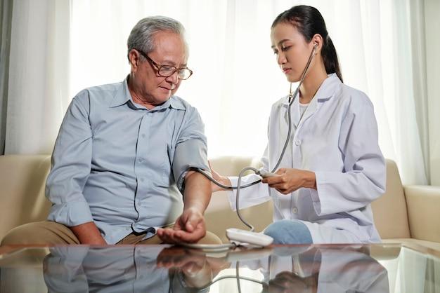Doctor controlando la condición del paciente