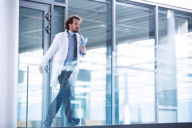 Doctor corriendo en el pasillo