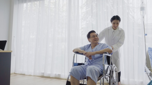 El doctor cuida al paciente en el hospital o clínica médica. concepto de salud.