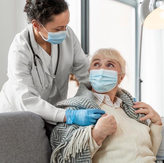 Doctor cuidando a mujer mayor