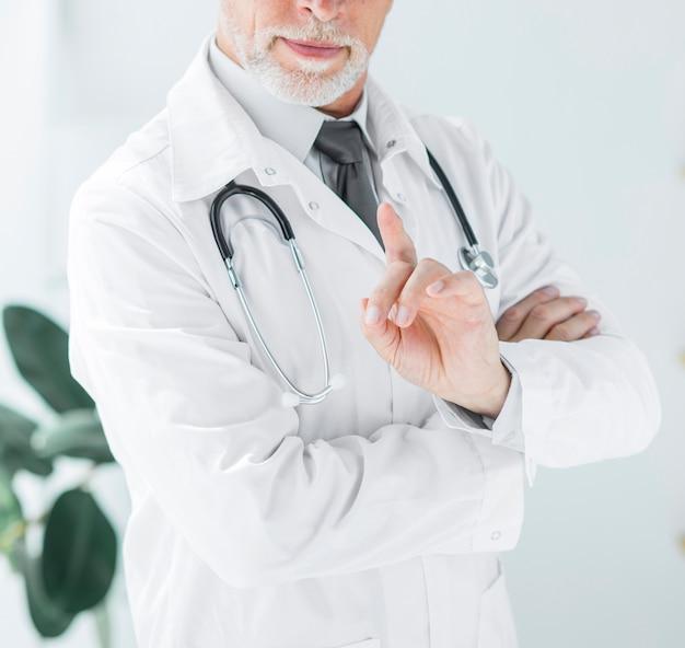 Doctor de cultivo agitando el dedo