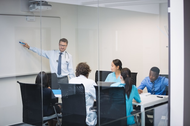 Doctor dando presentación al equipo de médicos interinos