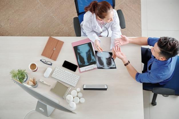 Doctor dando recomendaciones al paciente