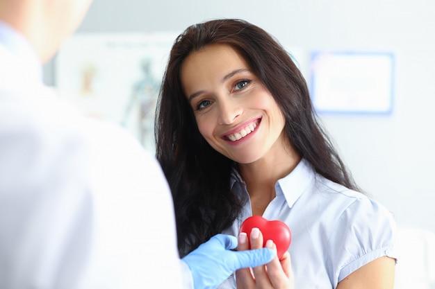 Doctor debate chequeo cardiovascular con paciente