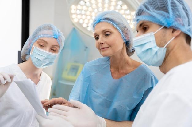 Doctor discutiendo con el paciente de cerca