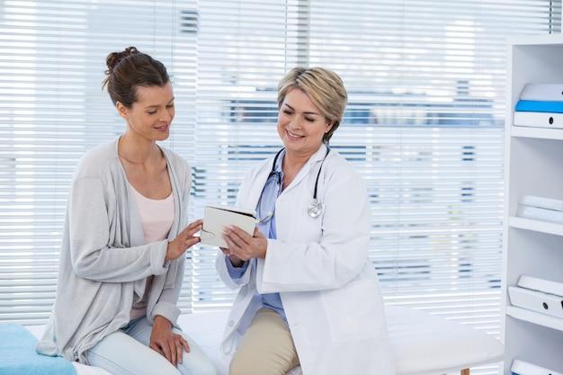 Doctor discutiendo con el paciente sobre tableta digital