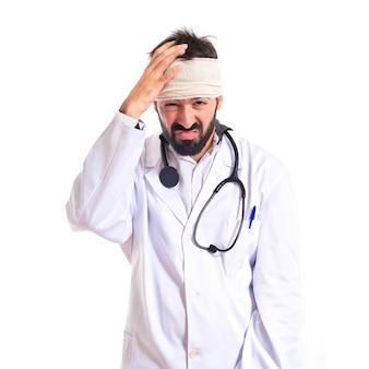 Doctor con dolor de cabeza sobre fondo blanco