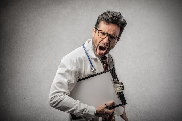 Doctor enojado gritando