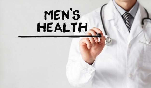 Doctor escribiendo la palabra salud de los hombres con marcador, concepto médico