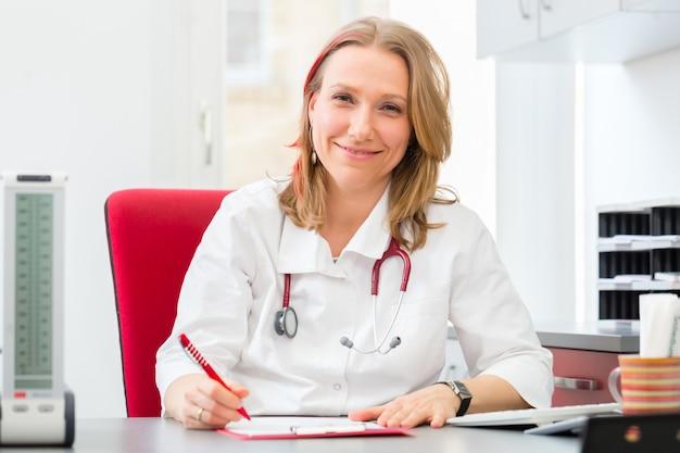 Doctor escribiendo prescripción médica en cirugía.