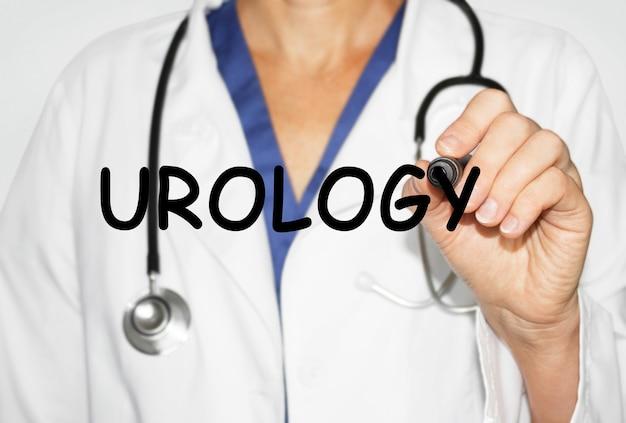 Doctor escrito palabra urología con marcador, concepto médico