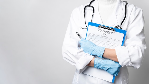 Doctor con estetoscopio con formulario médico