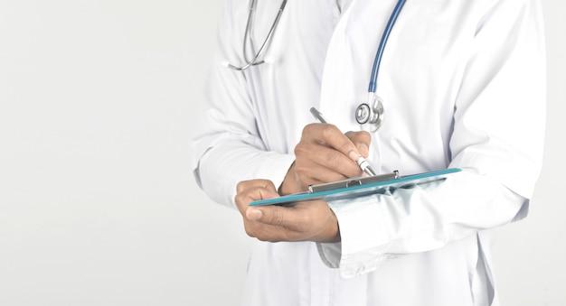 Doctor con estetoscopio y sosteniendo un portapapeles