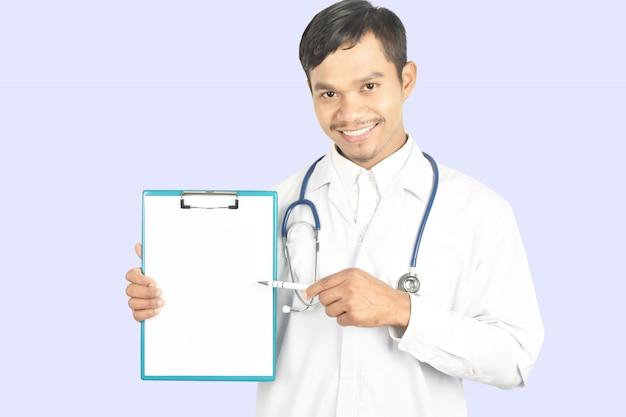 Doctor con estetoscopio trabajando sosteniendo un portapapeles y copia espacio.