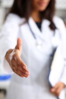 Doctor estrechar la mano como hola con paciente