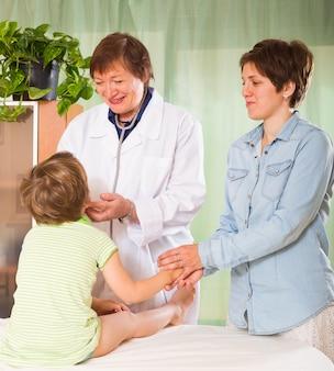 Doctor examinando al niño