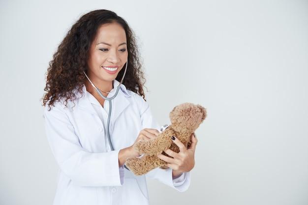 Doctor examinando oso de peluche