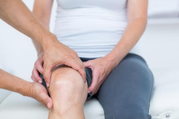 Doctor examinando la rodilla de sus pacientes