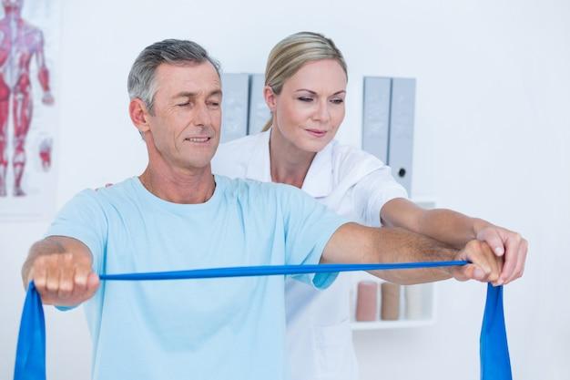 Doctor examinando a su paciente de vuelta