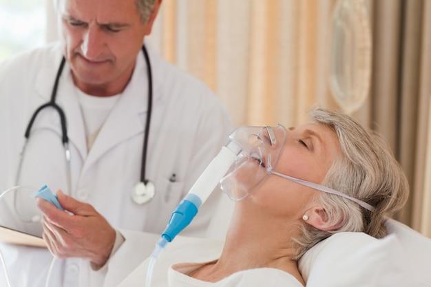 Doctor examinando a su paciente