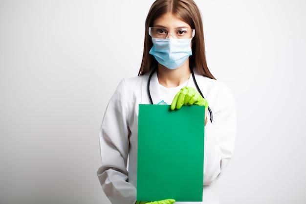 Doctor con formulario en blanco vacío con lugar para texto