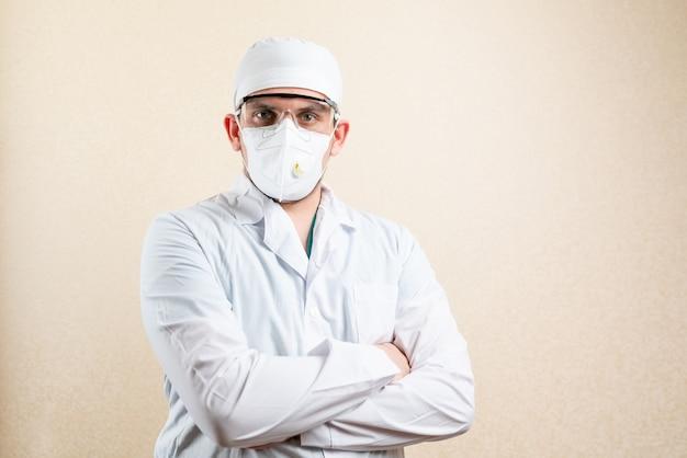 Doctor en gafas y máscara, sobre un fondo claro. foto de alta calidad