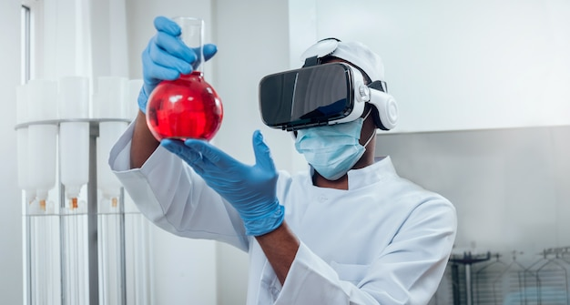 Doctor en gafas de realidad virtual examina la droga en el laboratorio.