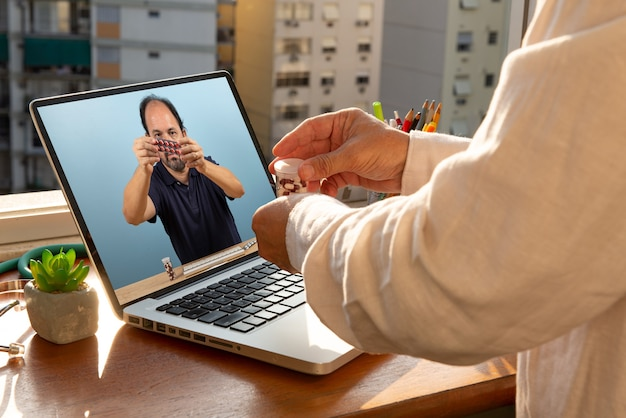 El doctor habla con su paciente por teleconferencia.