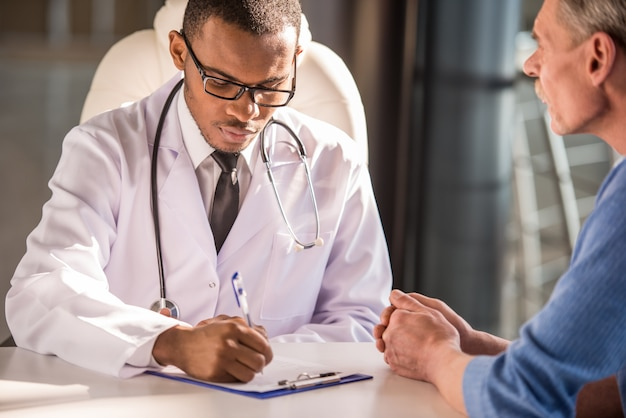 Doctor hablando con su paciente masculino.